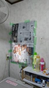 新聞紙で窓を覆う