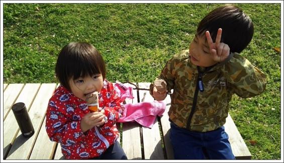 アイスを食べる二人