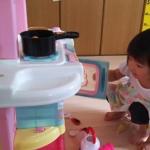 念願のキッチンに大喜びする3歳児
