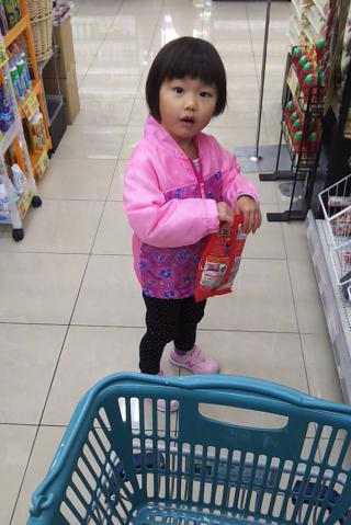 スーパーでお菓子を選ぶゆいな